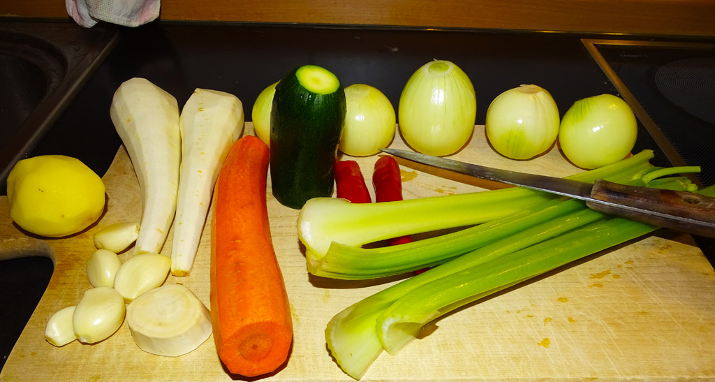 Пастинаки, морковь, сельдерей, кабачок и хрен
