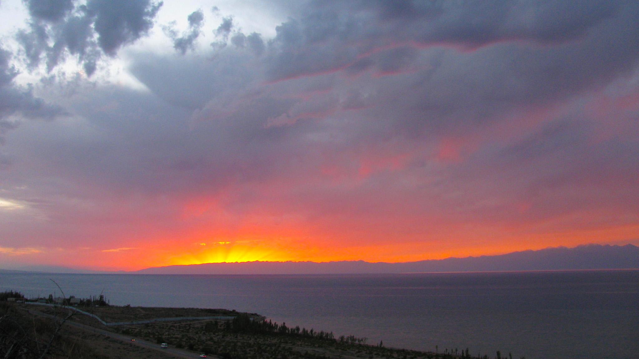 Огненный закат над Иссык-Кулем