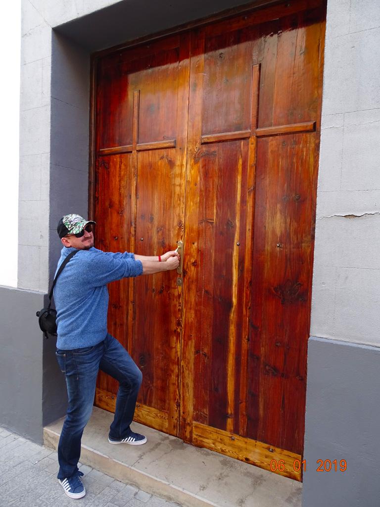 Дверь в церковь заперта...